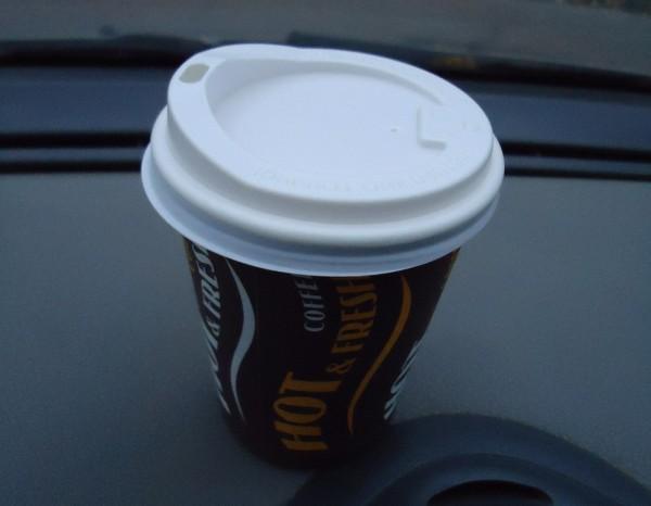 Большая порция кофе в стаканчике с крышкой